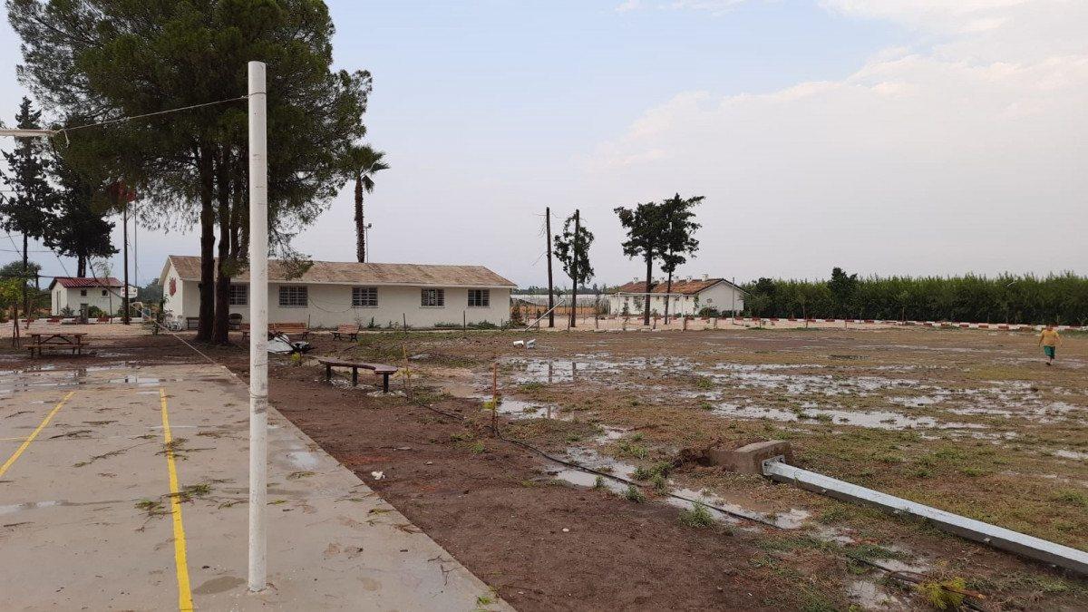 Adana'da fırtına, okulun çatısını uçurdu