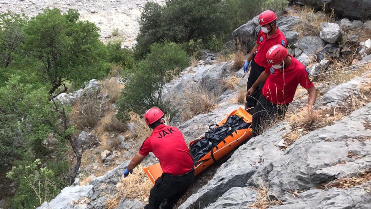 Antalya'da Samet'in cansız bedenini yakınları aldı