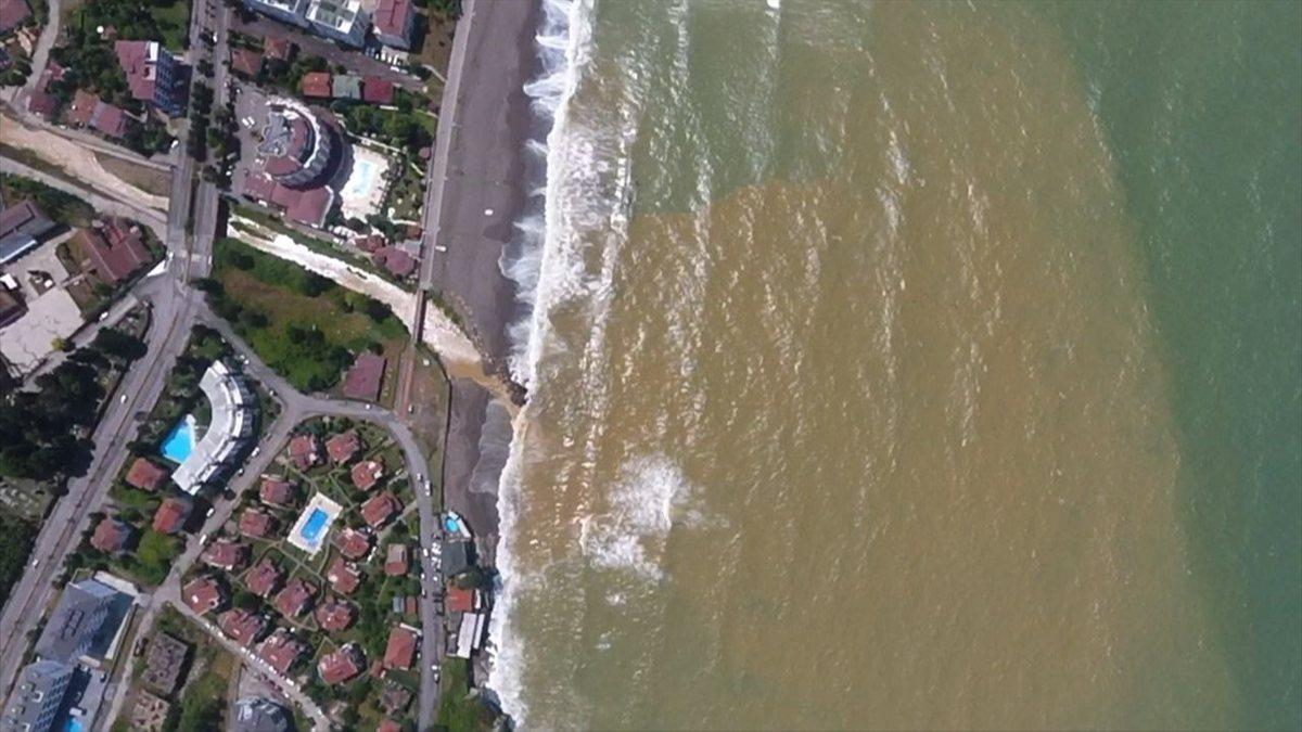 Düzce'de sağanağın ardından deniz kahverengiye büründü
