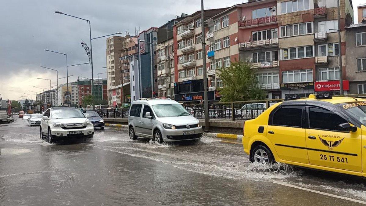 Erzurum'da sağanak yağış etkili oldu
