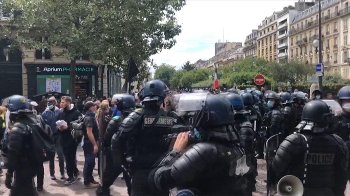 Fransa'daki protestolarda AA muhabirine polis müdahalesi
