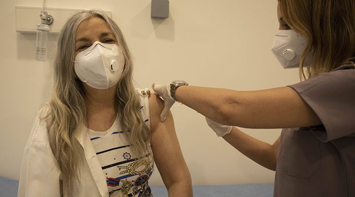 İzmir'de sahte aşı kartı hazırladığı iddia edilen hemşire gözaltına alındı